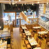 1階メインフロアは、天井が高く開放感に溢れた空間でゆっくりお食事をお楽しみ頂けます。