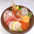 毎日産直で仕入れる新鮮な旬の魚介。それらをたっぷり使用した丼ものや定食を、ランチ限定でご提供!定食メニューには小鉢・サラダ・汁物も付いていますので、リーズナブルにお腹を満たしていただけるはず。素材それぞれの美味しさが活かされたメニューで、1日の活力を補給してください◎