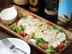 料理メニュー写真自家製スモークチキンのシーザーサラダ