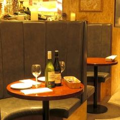 【2~3名様用ソファ席】ゆったり語り合える半月型のソファ席。おしゃべり女子会やデートにオススメです。
