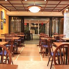 木テーブルとモダンな椅子が異国情緒溢れるベトナム感を演出してくれています。