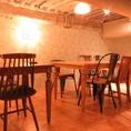 中二階のテーブル席は大人の隠れ家的な落ち着く雰囲気に