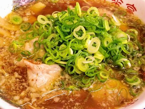 あっさりスープにコクのある背脂!どこか懐かしい味のするラーメン。