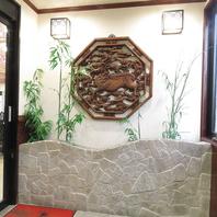 広い店内で台湾現地の料理店のようなインテリアが各所