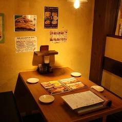 1店内はテーブル席とカウンター席