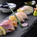 料理メニュー写真【鶏鮨】純系名古屋コーチン 鶏鮨 三種盛り合わせ (6貫)