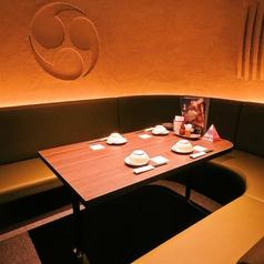 【4名様用ソファ席】ぐるりとテーブルを囲んだソファ席が特徴的なお席。おこもり感たっぷりながら、ゆったり広々とお使い頂けます♪落ち着いた照明のプライベート感が味わえる空間は、おしゃべりも弾むかも◎女子会や合コンなど、様々なシーンにオススメ♪人気のお席なので、早めのご予約をおすすめします★