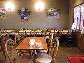 広々とした空間で、子供連れの家族でものんびりと食事ができます。