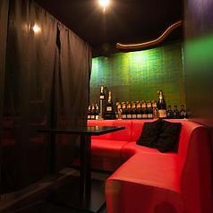 赤いソファーが印象的なゆったりテーブル席♪