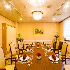 ゲストルームは10名様まで、1時間 5,400円。お一人様3,000円以上の御食事でお部屋代をサービスさせていただきます。前日までのご予約を承ります。