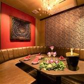 【ソファルーム】テーブル×ソファタイプのお部屋。シャンデリアとアートが人気のリゾート風ルーム。(フロア3F)