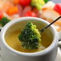 料理メニュー写真野菜とソーセージのオリジナルチーズフォンデュ
