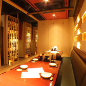 10名様までの掘りごたつ個室はゆったり広々。廊下には数々の名酒が並びます。