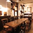 入口からすぐに広がる、まるでアトリエ、アンティークショップかの様な店内の真ん中にあるテーブル席。5名×2テーブルご用意。最大10名様までのパーティー可能。