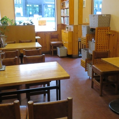 1卓につき4名様まで着席可能なテーブル席はご友人とのお食事にピッタリ!使い勝手の良いテーブル席です◎