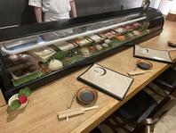 寿司屋のカウンター席は特等席。目の前で握ってくれます
