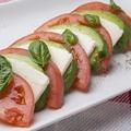 料理メニュー写真トマトアボカドモッツァレラの3色カプレーゼ