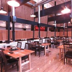 店内に入ると開放的なお洒落な空間が広がっています♪6名掛けテーブル2卓、4名掛テーブル4卓ご用意◎人数に合わせてご用意可能です★