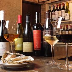 どなたにも厳選した牡蠣とワインをゆっくりお愉しみいただきたいから、お席は少なめのカウンター8席。隠れ家のような店内で、牡蠣ソムリエが厳選したとっておきの牡蠣をご堪能ください。牡蠣だけでなくワインも詳しいスタッフなので、オススメなどお気軽にお聞きください♪