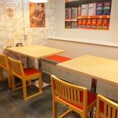 木×赤の可愛らしい雰囲気が特徴の店内。合コンにも◎