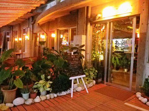 アジアン風の店内に大型スクリーンが特徴。沖縄料理から創作料理まで楽しめる店。