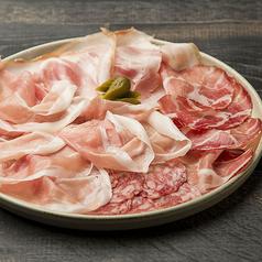 料理メニュー写真生ハムとイタリア産サラミの盛り合わせ