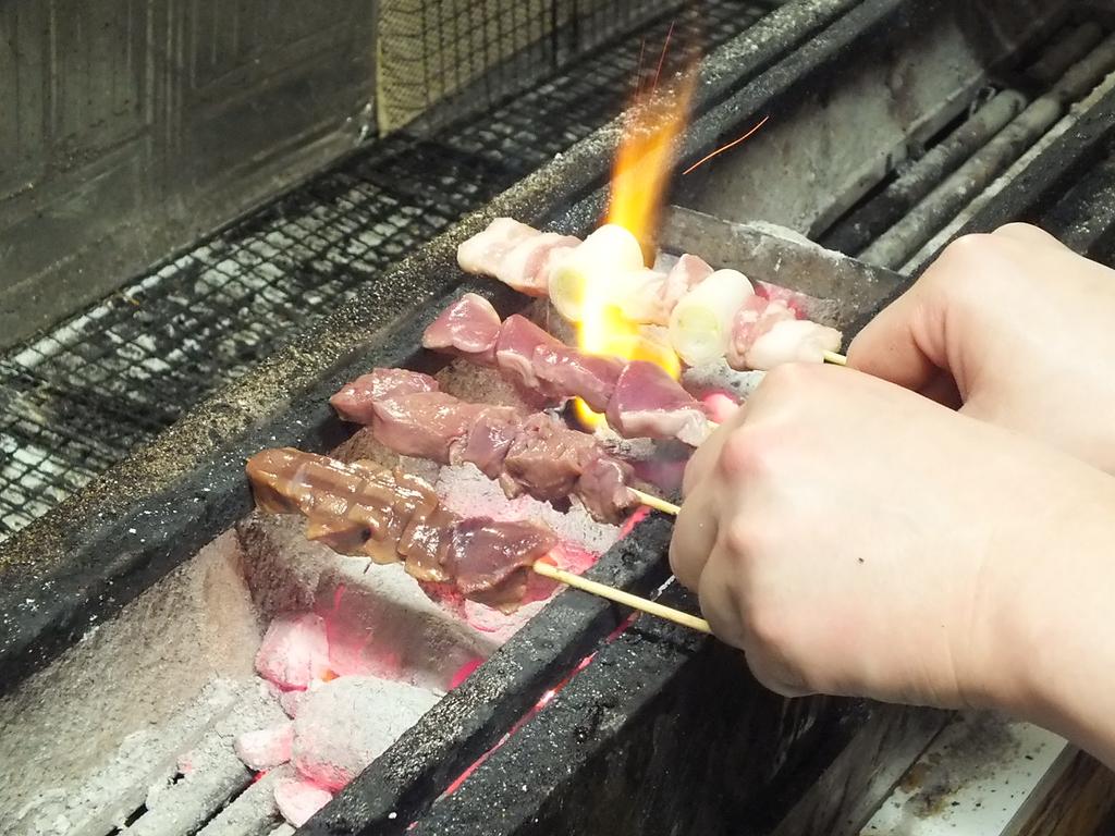 生肉から一本一本丁寧に仕込まれた串を駒ヶ岳産の炭でじっくりふっくら焼き上げる♪