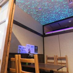 ≪社会科室≫お部屋には、プラネタリウムの照明がお部屋を照らしますので、プラネタリウムに浸る個室感満載のプラネタリウム室です。美味しく食べて、飲んでプラネタリウムを見ながら宇宙の世界へ思いを馳せてみませんか♪4名様まで