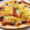 料理メニュー写真アンチョビとオリーブのピザ