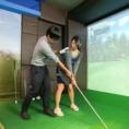 キャディ(有料)を付けて臨場感を追求した本物のスクリーンゴルフをお楽しみ頂けます。