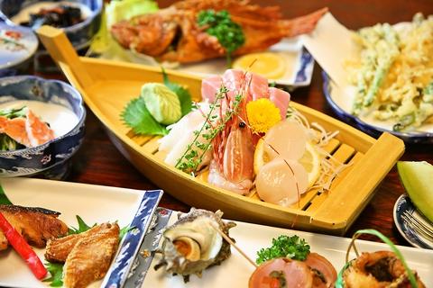 花と緑に囲まれた中で、久里浜、三崎からの新鮮な海の幸を使った宴会料理を堪能。
