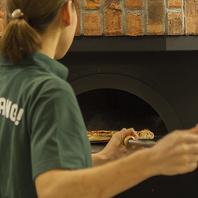 窯で焼き上げたオリジナルピッツァは500円~!