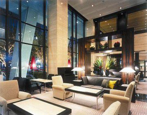 高い吹き抜けと一面の大きな窓が開放的で印象的な洗練されたラウンジです。