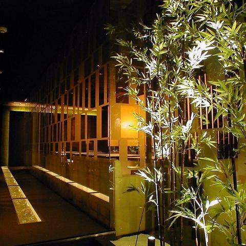 印象的な竹のオブジェを抜けると…そこは幻想的なおしゃれ空間☆ごゆるりとどうぞ♪