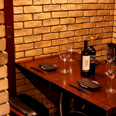 【ご友人とのお食事に】2名~4名様でご利用できるテーブル席。和牛焼肉とワインをお楽しみください。