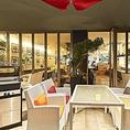 夜景を愉しみながらお食事か可能なテラス席もございます。5名様テーブル席を5卓、二人の世界を満喫できるプライベート感満載のカップル席を1卓ご用意。冬にはテラスをビニールのカーテンで覆い、ヒーターも導入いたしますので宴会もバッチリ!BBQグリルは3つご用意しています。人気のお席ですので、ご予約はお早めに♪