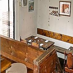 【ビストロスペース】無機質な打ち放しの壁やダークウッドのテーブルで、隠れ家的な雰囲気が漂うスペース(店内レイアウト2)