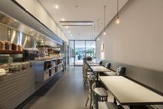 【路地・カフェ】店内中心にあるカフェエリア。路地を思わせる一直線の作りと現代的なスタイリッシュなデザインになっています。