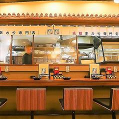 当店はカウンター席も完備。逸品料理の調理風景を楽しめます。油で揚げる音を聞きながら食べる串カツやどて焼きは格別な味わい♪仕事帰りや気軽に一杯など、お一人様でも大歓迎です!串カツをはじめ、どて焼きやとんぺい焼きなどの逸品料理をご堪能ください。