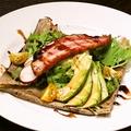 料理メニュー写真イベリコ豚の厚切りベーコンとアボカドマッシュのガレット マデラ酒ソース
