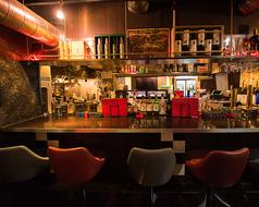 ◆◇◆カウンターで仕事帰りのサク飲みはいかが??◆◇◆キッチン前のカウンターでは、シェフの調理している姿をご覧いただくことが出来るため、お一人でもお楽しみ頂けます♪仕事帰りの一杯、2次会での一杯でもお好きなお時間にお楽しみ頂けます★ ラクレットチーズ 居酒屋 個室 飲み放題 牡蠣 宴会 ダイニングバー