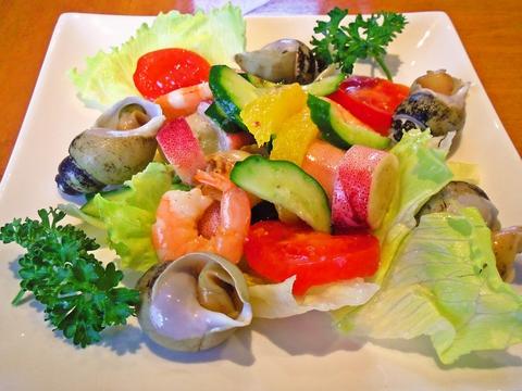 地元の魚介類をふんだんに使用しており、港町ならではの料理を楽しめるお店だ。
