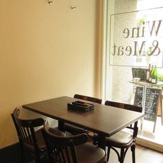 【テーブル】暖色系を基調とした店内は、肩肘張らずにくつろげるぬくもりのある空間。余計な装飾を省いたシンプルなインテリアが、カジュアルな雰囲気を演出しています。オープンキッチンから伝わる調理の音も心地よく響きます。