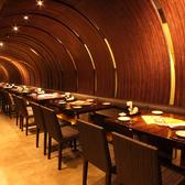 天井のデザインがユニークでおしゃれなテーブル席。女子会やデートなど少人数のお集まりにも◎
