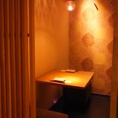 【2名様用 テーブル式完全個室】接待やデートなどに最適な少人数向け完全個室。当店はお客様に満足していただくために、こだわりのイタリアンやワインはもちろん店内のレイアウト・雰囲気づくりにも注力しております!柔らかな照明に照らされ、木の温かみが感じられる個室で、ごゆっくりお過ごしください♪