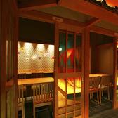 """●てまり個室を囲む""""鳳凰の間""""●てまり個室を囲む『鳳凰の間』にはお籠り感のある個室が並びます。■6名×6室、3名×1室、2名×4室、8名×1室■(最大35名様迄可)"""