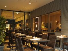 【カフェ・テラス】20席のおしゃれなテラス席もご用意。編みこみのガーデンチェアと竹の植栽が雰囲気を作ります。