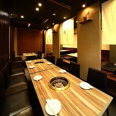 テーブル席、掘りごたつ席がお好みでお選び頂き、人数に合わせた空間をご提供いたします。普段のお席はすだれで仕切りを設けております。
