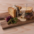 料理メニュー写真ローストビーフサンドとチーズのサンドイッチ