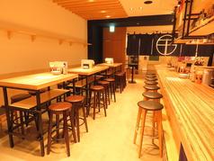 広々としたカウンター席はスタッフとの会話も弾みます!!カジュアルなハイテーブルはご予約も可能お気に入りの料理とお酒を片手に仲間と騒ぎましょう!!